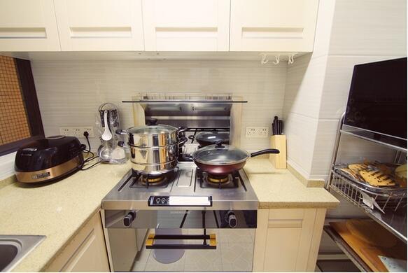 厨房里的矮柜最好做成抽屉,推拉式方便取放,视觉也较好.
